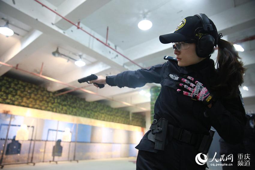 """3月6日,重慶市公安局開展""""走進警營 女子特警印象""""警民互動體驗活動。圖為女子特警進行應用射擊訓練。劉政寧 攝"""