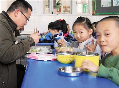 老师校长都来和学生吃一锅饭这顿饭好香