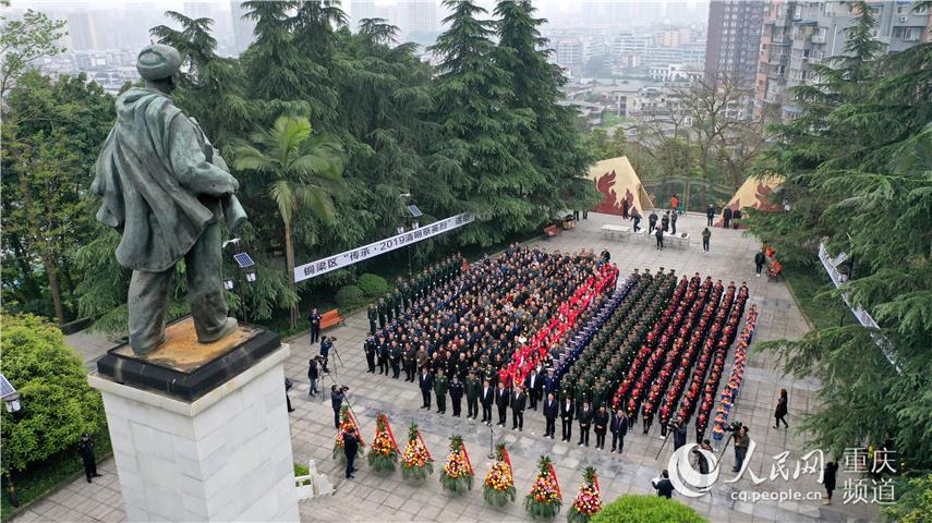 4月3日,社会各界人士在邱少云烈士纪念馆举行清明祭扫活动。铜梁区融媒体新闻中心供图