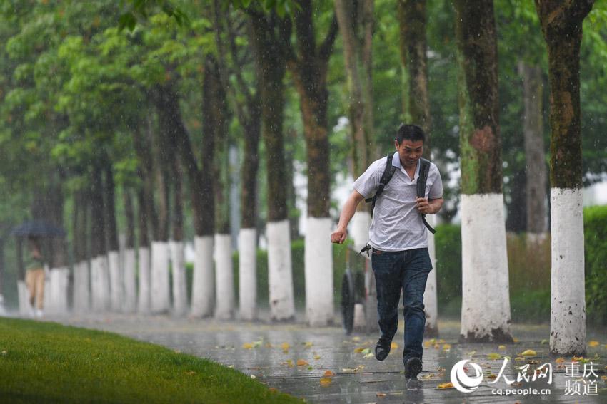 重庆主城突降大雨 市民措手不及雨中奔跑