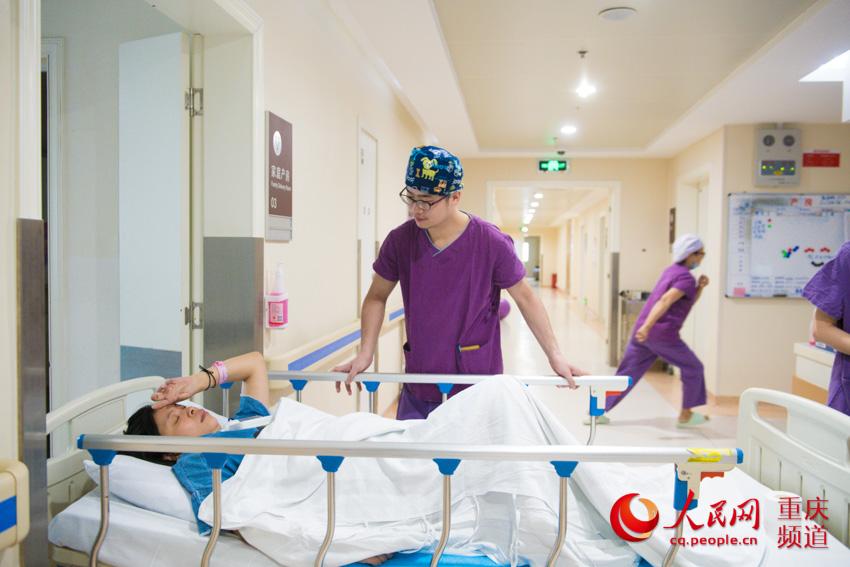 26�q的黎���是重�c市�D幼保健院最年�p的男助�a士,2016年工作至今,他已��H手迎接了600多��新生命降�R世界。�u�� �z