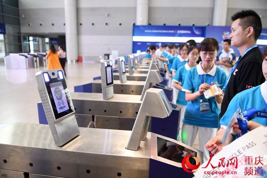 5月15日,重庆国博中心北登陆大厅,参展商等通过人脸识别系统便捷进场。邹乐 摄