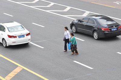 别等被罚才知横穿马路不对
