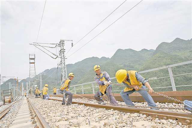 黔张常铁路重庆段安装电气化接触网