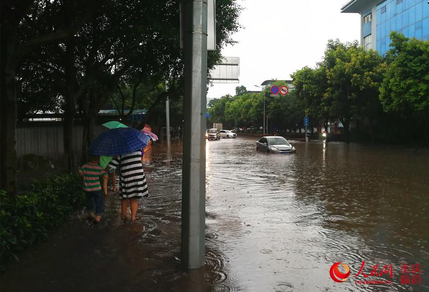 重庆多地出现强对流天气 路面积水致车辆熄火 市民注意防范