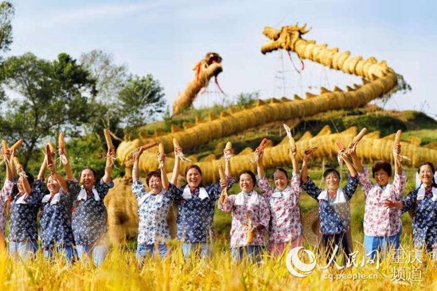 梁平区安胜镇龙印村村民欢庆丰收节。罗嘉 摄