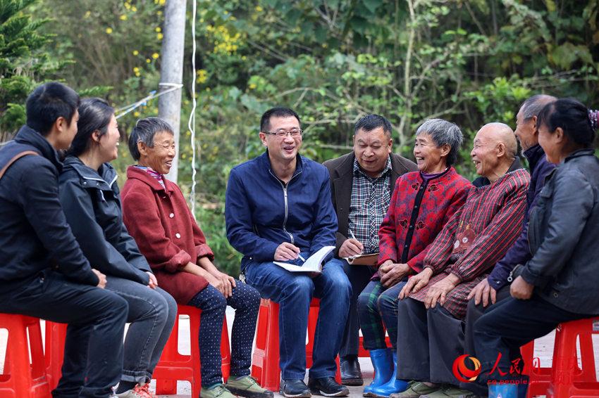 李大军与村民分享家禽养殖经验。何超摄