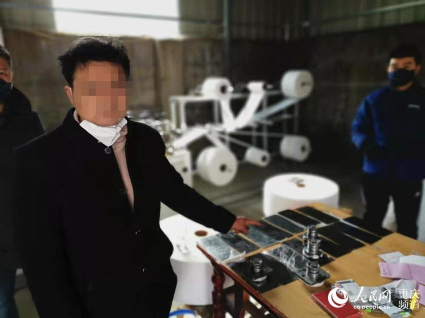 犯罪嫌疑人现场指认制假窝点。重庆警方供图