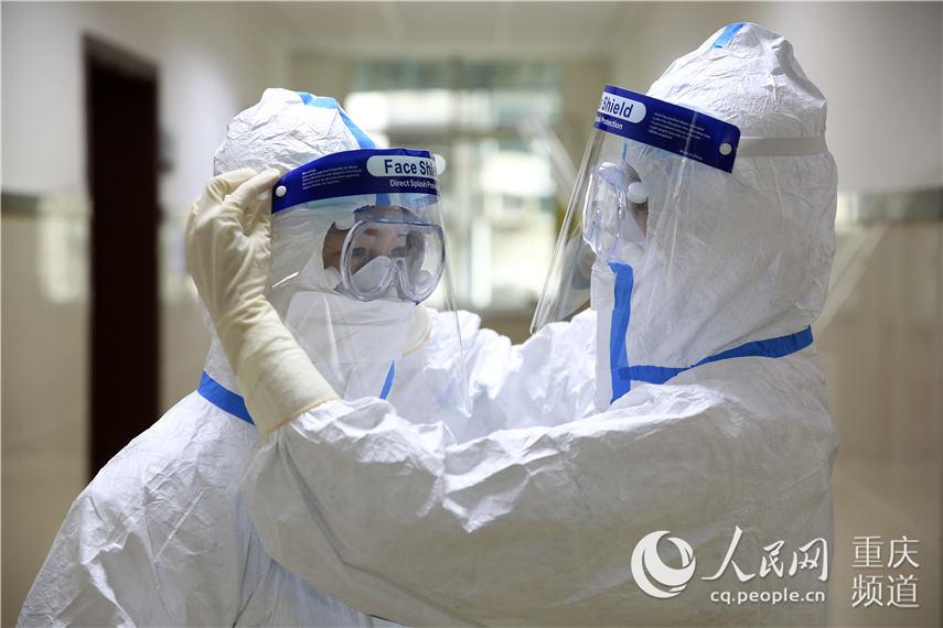 重庆市北碚区疾病预防控制中心实验室,两名90后实验人员在配制核酸检测试剂。秦廷富 摄