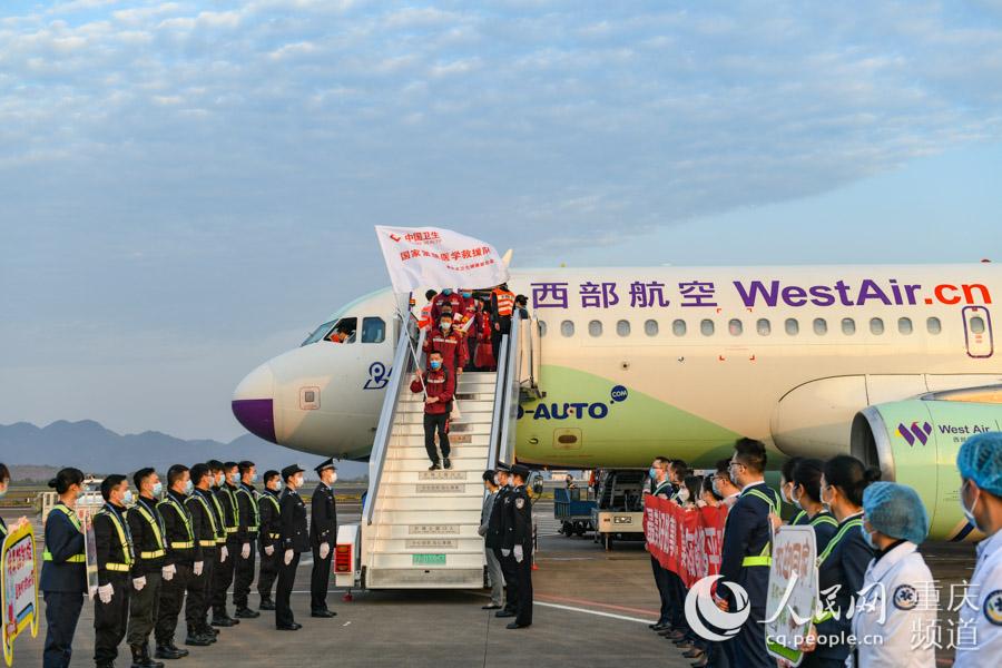 3月18日,重庆第四批、第九批支援湖北医疗队133名队员圆满完成支援湖北任务,搭乘包机顺利抵达重庆江北国际机场。邹乐 摄