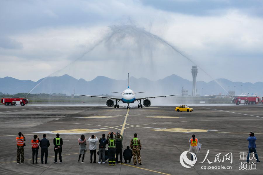 3月29日,重庆支援湖北医疗队最后一批撤离队员抵达重庆。邹乐 摄