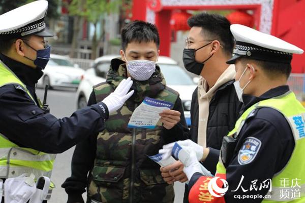 重庆:行人闯红灯不听劝导将被录入系统并曝光