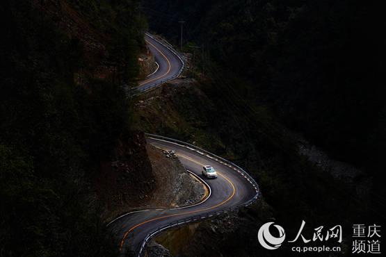 巫溪天元�l:村村�上柏油路五彩