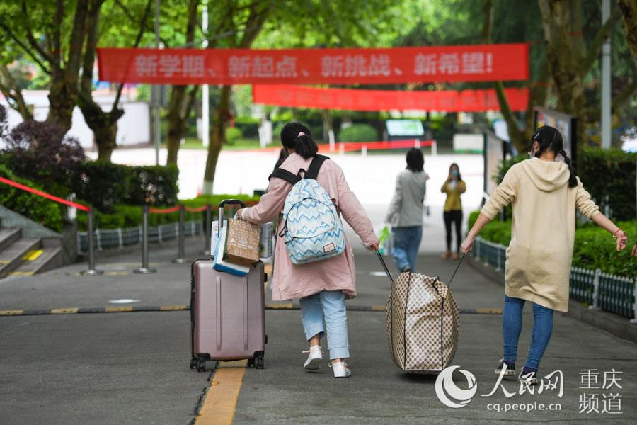 4月19日,重庆市礼嘉中学校,初三高三学生开始返校报到。邹乐 摄