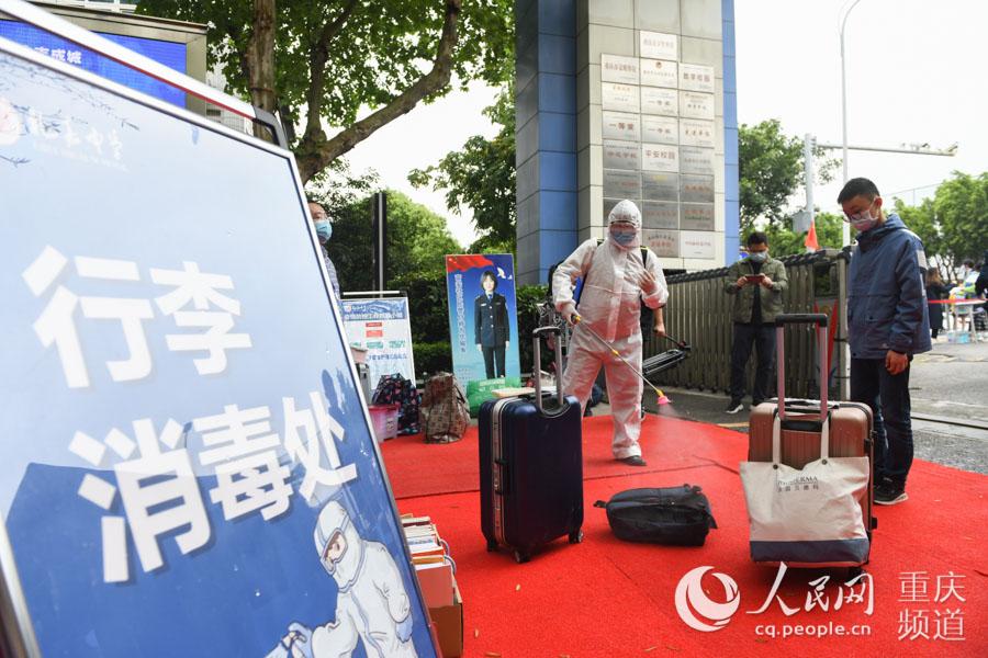 4月19日,重庆市礼嘉中学校,学生入校前,行李必须进行消毒。邹乐 摄