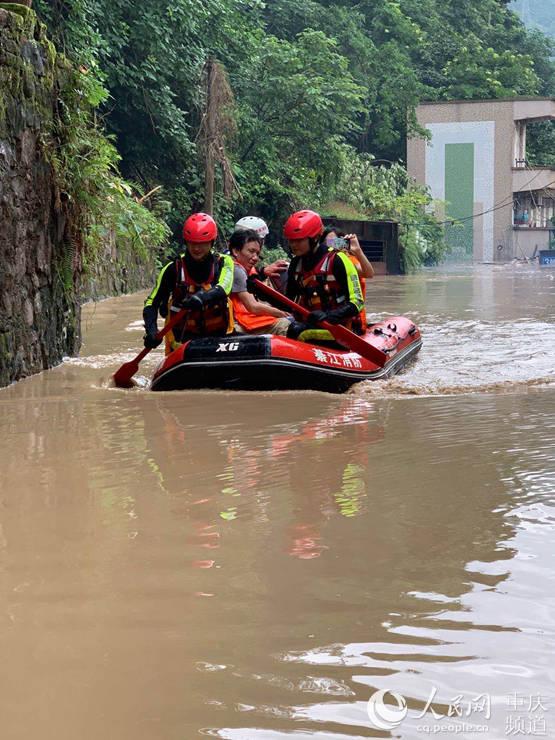 綦江消防员手划橡皮艇洪水中营救被困居民