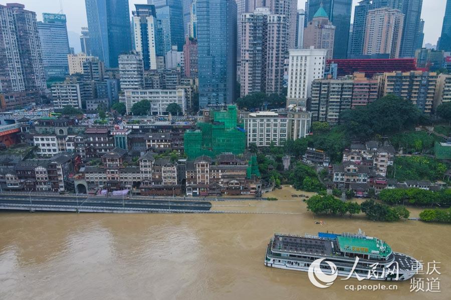 8月19日,重庆渝中区,两江游船与洪崖洞景区周边道路几乎齐平。邹乐摄
