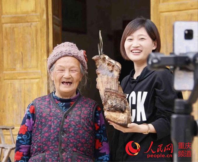 直播助力农产品 重庆女村播一晚卖了4头猪