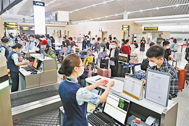 国内航空公司执飞的首条国际复学包机航线从重庆出发
