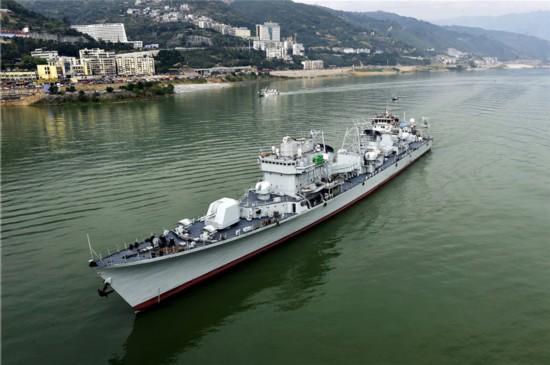 退役珠海舰经过重庆 老兵深夜守候敬礼