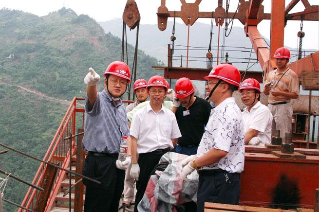 修路:花最少的钱,修最美的路 1983年,李祖伟从重庆交通学院毕业,响应建设边疆的号召,他毅然决然地投身到青藏高原,在青藏公路建设中蹲点设计监理,艰苦的工作环境磨炼着他的意志。这期间,他将理论充分应用于实践,积累了丰富的建设管理经验。 1985年,他带着改变家乡落后交通面貌的志向,怀着满腔热忱回到重庆,在重庆市设计院从事城市规划和设计工作,先后设计了菜园坝立交、上桥立交,为重庆城市建设做出了自己应有的贡献。 1990年,成渝高速公路建设上马,李祖伟被派往现场任监理工程师,参与完成了成渝公路二改一和隧